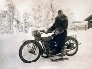 riding-a-bike-in-the-winter-pros-and-cons-ski_motorcycle
